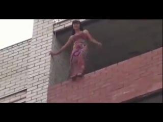 Школьница хотела спрыгнуть с 12 этажа.